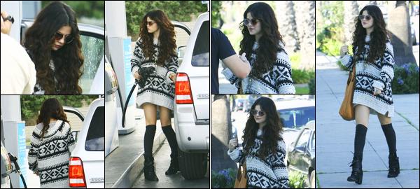 27.01.2013 ─ Selena Gomez a été photographiée, alors, qu'elle faisait son plein d'essence dans Santa Monica, CA.Plus tard dans la journée, la belle a aussi été photographiée arrivant à un studio d'enregistrement... Concernant sa tenue, c'est un beau top de ma part !