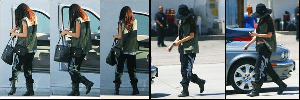 10.04.2013 ─ Selena Gomez a été photographiée pendant qu'elle arrivait à un studio étant dans Los Angeles, CA.Le lendemain, la belle a était de nouveau photographiée arrivant à un studio. Concernant sa tenue, c'est la même pour les deux jours, mais c'est un bof !