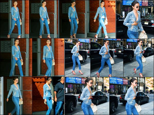 25.09.2017 ─ Selena Gomez a été photographiée, alors, qu'elle quittait son appartement étant dans New-York C.Selena G. nous les enchaînent les sorties en ce moment, et cela fait très plaisir. Concernant sa tenue, c'est un très beau top de ma part personnellement.