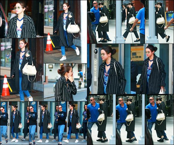26.09.2017 ─ Selena Gomez a été photographiée, alors, qu'elle quittait son appartement étant dans New-York C.C'est en compagnie de sa maman, Mandy Teefey, que la belle brunette, a été photographiée cette fois-ci... Concernant sa tenue, c'est un très beau top !