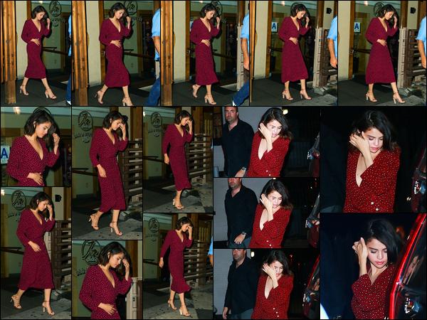 27.09.2017 ─ Selena Gomez a été photographiée, alors, qu'elle quittait un restaurant « Sushi Seki », à New-York.Enfin d'autre sortie que son appartement ou encore le tournage de son film. C'est tard le soir que la belle a était photographiée. Concernant sa tenue, top
