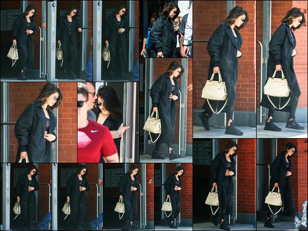 28.09.2017 ─ Selena Gomez a été photographiée, alors, qu'elle quittait son appartement étant dans New-York C.La belle brunette se rendait à une salle de boxe dans une tenue totalement signé PUMA dont Selena est une des nouvelles images ! Sa tenue est un top !