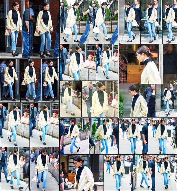 29.09.2017 ─ Selena Gomez a été photographiée, alors, qu'elle quittait son appartement étant dans New-York C.La belle a été photographiée arrivant puis quittant le magasin « Delicatessen » puis arrivant et quittant un restaurant toujours à NYC... Sa tenue est top !