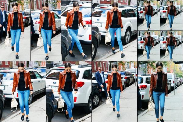 30.09.2017 ─ Selena Gomez a été photographiée, alors, qu'elle se promenait dans les rues étant dans New-York.Pas de news de la belle sur le tournage pour le moment, ça change, mais Selena ne s'arrête pas encore une fois. Concernant sa tenue, c'est un beau top.