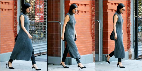 22.10.2017 ─ Selena Gomez a été photographiée, alors, qu'elle quittait son appartement, étant dans New-York C.Encore une sortie pour la belle, mais cette fois, peu de photos de notre chanteuse. Concernant sa tenue, je suis pas du tout fan... C'est un flop pour moi !
