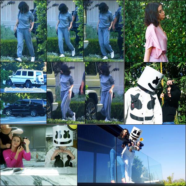 22.10.2017 ─ Selena Gomez a été photographiée, alors, qu'elle était devant son domicile étant dans Los Angeles.Et par surprise, c'est Justin Bieber qui a rejoint la belle à son domicile, sont-ils devenus amis ? Découvrez également des photos de promo pour Wolves !