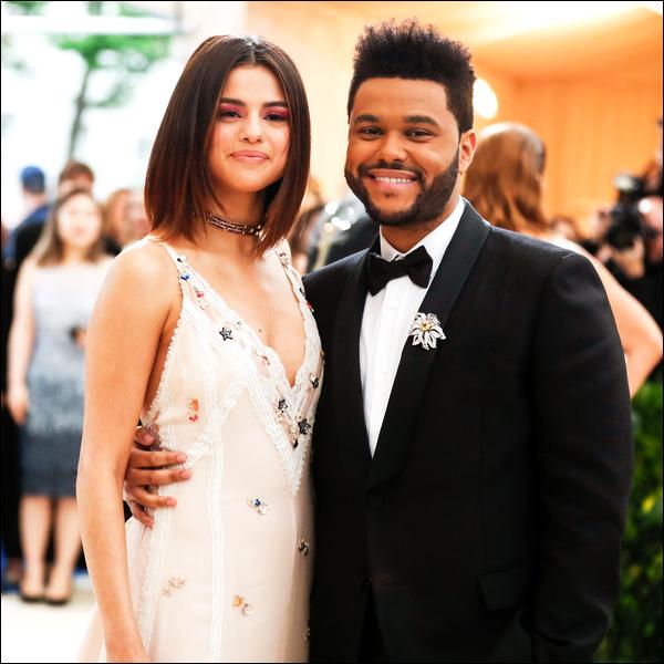 SELENA GOMEZ ET THE WEEKND : LEUR RUPTURE APRES 10 MOIS !   C'est le couple qui a fait couler beaucoup d'encre en ce début d'année 2017 ! Après avoir passé plus d'un an aux côtés de la mannequin Bella Hadid, le chanteur Abel Tesfaye, plus connu sous le nom de The Weeknd, démarrait une romance publique avec Selena. Mais après seulement dix mois de relation, le  couple s'est séparé d'un commun accord. C'est le site TMZ qui a dévoilait cette information.  « The Weeknd est celui qui a mis fin à sa relation avec Selena - et non l'inverse - et cela n'avait rien à voir avec Justin Bieber. De nombreuses sources proches de The Weeknd et Selena nous l'ont dit, leur relation a pris fin cet été. Ils se voyaient rarement en raison de la tournée de The Weeknd et de l'emploi du temps de Selena. Abel aimait être célibataire avant de rencontrer Selena et se sentait injustement attaché dans une relation qui avait perdu sa passion. Abel a appelé Selena, il a expliqué comment leur relation ne fonctionnait plus pour lui et il a ensuite mis fin a leur relation. Nos sources disent que Abel et Selena restent amis et ont même parlé plusieurs fois depuis la rupture. » Alors qu'ils viennent de mettre fin à leur histoire, Sel a déjà été vue auprès de Justin. Si cela en fait jaser plus d'un, il semblerait que les deux anciens amoureux ne soient que de simples amis. Affaire à suivre...   Alors qu'en pensez vous de cette rupture ? Dites moi tous votre avis sur cet histoire !