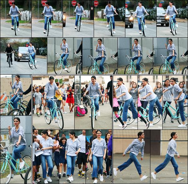 30.10.2017 ─ Selena Gomez a été photographiée, alors, qu'elle faisait du vélo dans les rues, étant, à Los Angeles.Plus tard, elle s'est rendue Walter Reed Middle School où elle a rencontrée quelques fans ! Concernant sa tenue, c'est très simple mais c'est jolie un top !