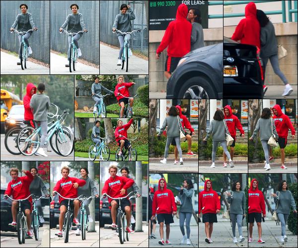01.11.2017 ─ Selena Gomez a été photographiée alors qu'elle faisait du vélo dans les rues étant dans Los Angeles.C'est accompagnée de Justin Bieber cette fois-ci qu'elle a fait du vélo. Plus tard, les tourtereaux ont été vus marchant dans LA. Sa tenue est un beau top.