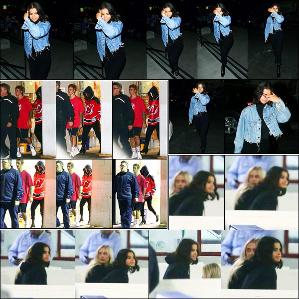 01.11.2017 ─ Selena Gomez a été photographiée alors qu'elle arrivait au «Kings Valley Ice Center», à Los Angeles.La belle S. s'y est rendue pour voir Justin jouer. Puis ils ont quitté le match tout les deux pour se rendre au domicile de la brunette. Sa tenue est un top !