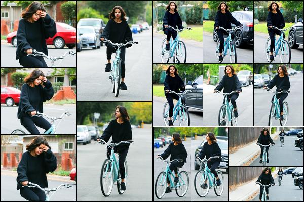 02.11.2017 ─ Selena Gomez a été photographiée, alors, qu'elle faisait du vélo dans les rues, étant, à Los Angeles.Décidément la belle ne lâche plus son nouveau vélo ! C'est en compagnie de son amie, Courtney, cette fois-ci... Concernant sa tenue, c'est un beau top !