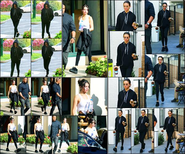 03.11.2017 ─ Selena Gomez a été photographiée, alors, qu'elle arrivait à son cours de pilates, au West Hollywood.Plus tard, Selena a été photographiée quittant son cours de Hot Pilates puis dans la journée s'arrêtant à Alfred Coffee à Studio City. Sa tenue est un top !