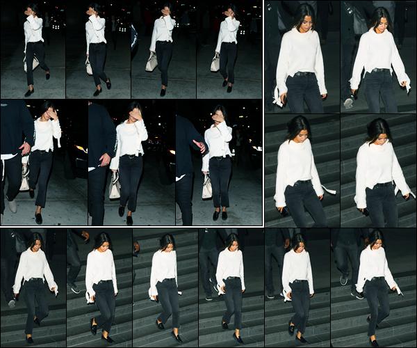 03.11.2017 ─ Selena Gomez a été aperçue alors qu'elle arrivait à un service religieux de l'église dans Los Angeles.Plus tard, Selena G. a été photographiée quittant le restaurant « Morton's Steakhouse » où elle a dîner avec Justin Bieber. Concernant sa tenue, un top !
