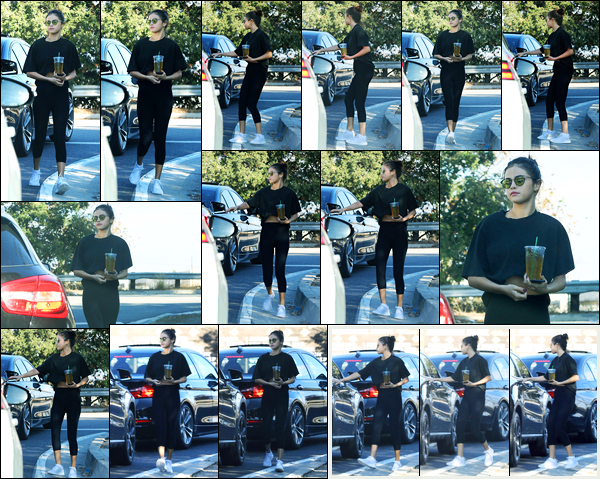 05.11.2017 ─ Selena Gomez a été photographiée, alors, qu'elle quittait un café qui se situe, dans Los Angeles, CA.La belle Selena G. a donc rejoint la voiture de son amie Theresa Mingus qui l'accompagnée. Concernant sa tenue c'est un très beau top de ma part avis ?