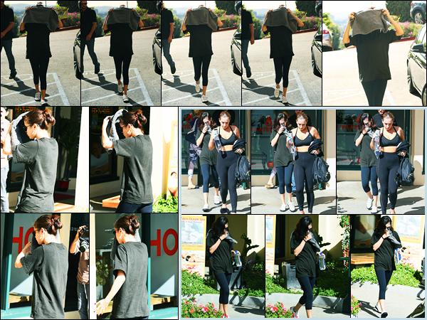 07.11.2017 ─ Selena Gomez a été photographiée arrivant puis quittant un cours de gym, étant, dans Los Angeles.La belle n'avait visiblement pas envie de se faire photographiée puisqu'elle se cachait avec une serviette.. Concernant sa tenue, un petit top de ma part !