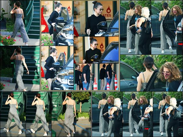 08.11.2017 ─ Selena Gomez a été photographiée, alors, qu'elle arrivait à son cours de pilates, au West Hollywood.Plus tard, Selena a été photographiée quittant son cours de Hot Pilates puis arrivant aux répétitions pour la cérémonie des AMAs... Ses tenues sont tops !