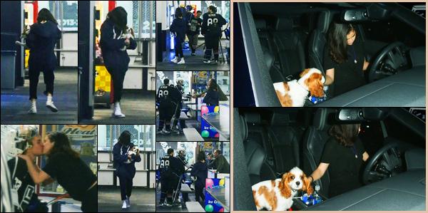 15.11.2017 ─ Selena Gomez a été photographiée, alors, qu'elle arrivait à une salle de Hockey, étant à Los Angeles.Nous avons enfin la confirmation qu'on attendait, oui le couple Jelena est bel et bien de retour ! Alors heureux ? Selly est aller voir Justin, avec son chien.