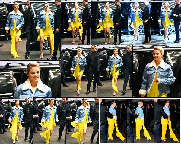 20.11.2017 ─ Selena Gomez a été photographiée, arrivant au gala « Lupus Research Alliance Gala », à New-York.Selena G. qui aborde, depuis deux jours, une nouvelle couleur de cheveux qui fait beaucoup parler était vêtue d'une robe jaune et d'une veste en jeans.