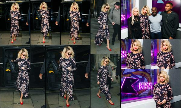 04.12.2017 ─ Selena Gomez a été photographiée alors qu'elle arrivait aux studios « Kiss radio », étant, à Londres.Lors de son interview à la radio, la belle chanteuse S. a annoncé qu'elle se sentait bien et que son album allait sortir sûrement très bientôt ! Alors, hâte ?