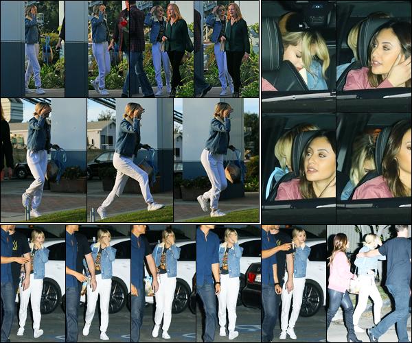 09.12.2017 ─ Selena Gomez a été aperçue, alors, qu'elle arrivait au récital de ballet de sa s½ur dans Los Angeles.C'est en compagnie de son amie Francia Raisa et sa famille que la belle a été voir sa petite soeur à la danse.. Puis le quittait plus tard.. Sa tenue est top !