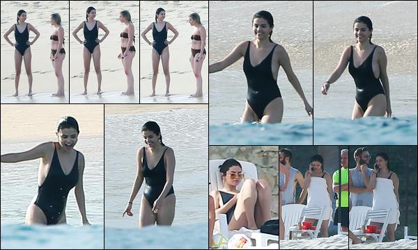 29.11.2017 ─ Selena Gomez a été aperçue pendant qu'elle profitait de la plage avec ces amies, étant, au Mexique.C'est donc avec ces amies comme depuis déjà 6 années que la belle Selena passe la nouvelle année à leur côté ! Concernant son maillot  de bain, un  top !