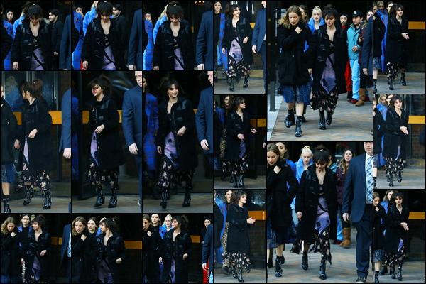 -13/02/2018- ─ Selena Gomez a été photographiée, alors, qu'elle quittait l'appartement d'un amis, étant, dans New-York !C'est en compagnie de son amie, l'artiste Petra Collins, que la belle brunette S a été photographiée. Concernant sa tenue, j'aime beaucoup son manteau.