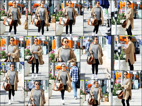 -08/03/2018- ─ Selena Gomez a été photographiée alors qu'elle allait déjeuner, dans le quartier de Hollywood, Californie.Plus tard dans la journée la belle a également été photographiée avec son amie Francia Raisa à Toluca Lake... Concernant sa tenue, un top de ma part !