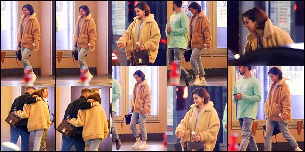 -14/03/2018- ─ Selena Gomez a été photographiée alors qu'elle quittait un service religieux de l'église, dans Los Angeles !Après quelques jours sans nouvelles, la belle chanteuse S. est de nouveau apparue quittant l'église ! Concernant sa tenue, c'est un beau top de ma part !