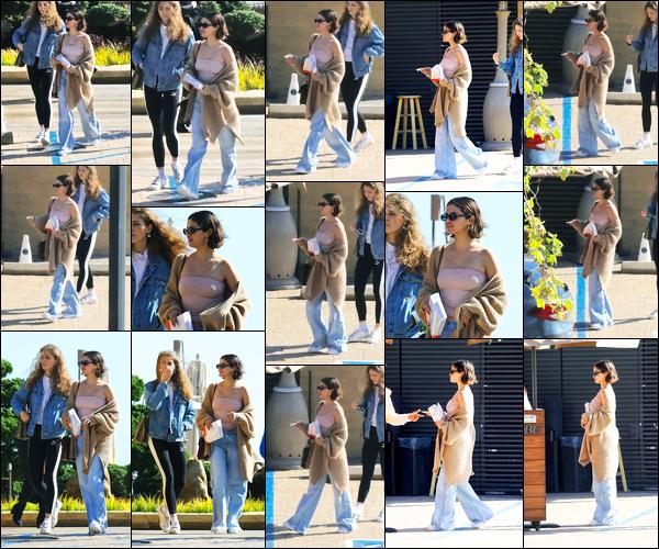 -15/03/2018- ─ Selena Gomez a été photographiée alors qu'elle allait déjeuner chez « Nobu » avec une amie dans Malibu.La belle chanteuse qui a pris un peu de temps au Texas près de sa famille est donc bien de retour. Concernant  sa tenue, c'est un beau top pour ma part.