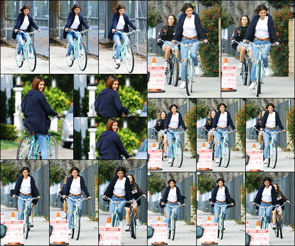 -16/03/2018- ─ Selena Gomez a été photographiée, alors, qu'elle faisait du vélo, dans les rues du quartier, de Studio City !La belle chanteuse Selena Gomez ressort son vélo pour notre petit plaisir d'avoir de ses nouvelles. Concernant sa tenue, c'est un très jolie top de ma part.