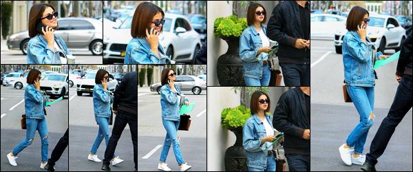-17/03/2018- ─ Selena Gomez a été photographiée alors qu'elle déambulait dans les rues, étant à Beverly Hills, Californie.C'est toute vêtue en jeans que la belle brunette nous a encore offert un candids de toute beauté ! Concernant sa tenue, c'est un beau top pour ma part !