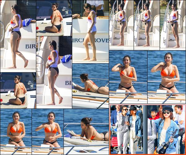 -19/03/2018- ─ Selena Gomez a été photographiée alors qu'elle profitait du soleil sur un luxueux bateau, étant à Sydney !Selena G. s'est donc envolée pour l'Australie en compagnie de ses amies pour quelques vacances... Plus tôt, elle a été photographiée arrivant à Sydney !