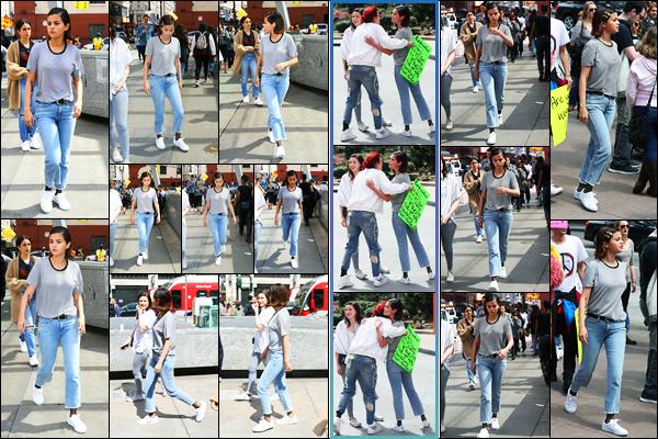 -24/03/2018- ─ Selena Gomez a participer à la marche « March For Our Lives » étant dans le centre-ville de Los Angeles !Comme de nombreuses célébrités, la belle chanteuse a participer à la marche, notamment avec Bella Thorne comme on peut l'apercevoir.. C'est un top !