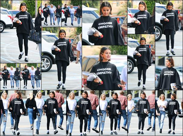 -25/03/2018- ─ Selena Gomez a été photographiée pendant qu'elle allait déjeuner avec des amies étant dans Studio City !C'est un pull avec inscrit « Choose Empathy » et la bible à la main que la belle S. a été photographiée... Concernant sa tenue, c'est simple, un petit top !