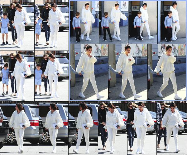-26/03/2018- ─ Selena Gomez a été photographiée alors qu'elle arrivait au « Iceland Ice Skating Center » à Los Angeles !Par la suite, la belle chanteuse S. a été photographiée quittant les lieux en compagnie du fils de son amie ainsi que son amie. Sa tenue est un beau top !
