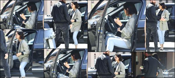 -10/04/2018- ─ Selena Gomez a été photographiée, alors, qu'elle arrivait à un studio d'enregistrement, dans Los Angeles !La belle chanteuse S.G continue donc de travailler sur son prochain opus, pendant que ses fans sont impatient de le découvrir ! Sa tenue est un petit top.