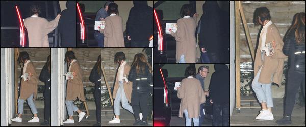 -11/04/2018- ─ Selena Gomez a été photographiée alors qu'elle arrivait à un service religieux de l'église dans Los Angeles.C'est avec la bible à la main que la belle chanteuse Selena a été photographiée à son rendez-vous habituel à l'église ! Concernant sa tenue, c'est un top !