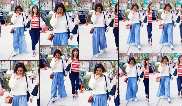 -05/05/2018- ─ Selena Gomez a été photographiée, alors, qu'elle arrivait à un cabinet médical étant dans New-York City !La belle chanteuse S. a donc pris un envol pour New-York sûrement pour le célèbre MET Gala qui se tiendra lundi dans la ville. Sa tenue est un beau top.