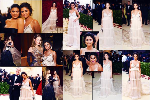 -07/05/2018- ─ Selena Gomez posait sur le tapis du « MET Gala 2018 », au Metropolitan Museum of Art dans New-York C.C'est dans une robe signée de la marque Coach que la belle S. est apparue. Sa tenue est plutôt jolie, mais son make up c'est un gros flop pour ma part...