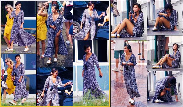 -18/06/2018- ─ Selena Gomez a été photographiée, alors, qu'elle arrivait vers les lieux d'un hélicoptère étant dans Capri !C'est en compagnie de Raquelle Stevens et de David Henrie que la belle a été photographiée en Italie. Concernant la tenue, c'est un beau top pour moi !