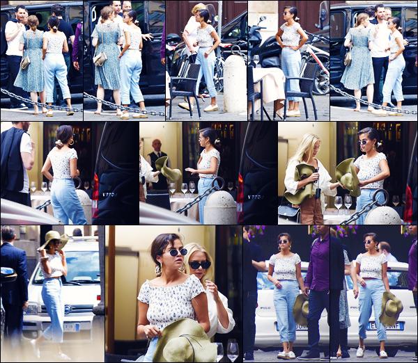 -19/06/2018- ─ Selena Gomez a été photographiée, alors, qu'elle quittait le restaurant « Pierluigi », étant, à Rome, Italie.Après un mois sans nouvelle de notre chanteuse, nous la retrouvons en Italie. Où elle se trouve avec plusieurs amis, dont David Henrie. Sa tenue est top.