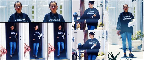 -03/07/2018- ─ Selena Gomez a été photographiée, alors, qu'elle quittait les bureaux d'un docteur, étant, à Beverly Hills !Sûrement une visite régulière à cause de sa greffe, je suppose ! Nous avons peu de photos... Concernant sa tenue, c'est un très beau top pour ma part !