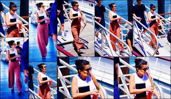 -08/07/2018- ─ Selena Gomez a été photographiée, alors, qu'elle se rendait à un yacht à un ami, étant, dans New York C.C'est une boisson et un livre à la main que la belle chanteuse S. a enfin été aperçue, en compagnie de quelques amies... Sa tenue est un très jolie top !
