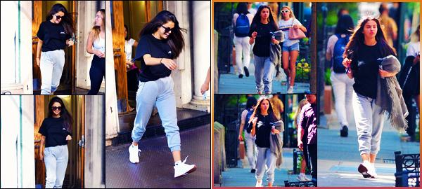 -10/07/2018- ─ Selena Gomez a été photographiée alors qu'elle se promenait dans les rues de la grande ville à New-York.C'est avec le sourire que la belle brune a d'abord était photographiée, dans une tenue assez décontractée. Elle est magnifique, mais sa tenue est un bof.