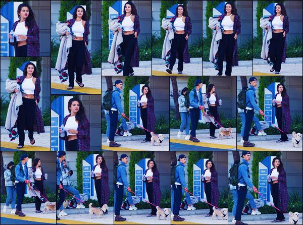 -14/07/2018- ─ Selena Gomez a été photographiée, alors, qu'elle était dans les rues de la grande ville étant à Los Angeles.C'est en compagnie de son amie Vanessa Hudgens et de Austin Butler que la belle Selly a été vue ! Les rumeurs de couple de Selena G. ont été démentis.