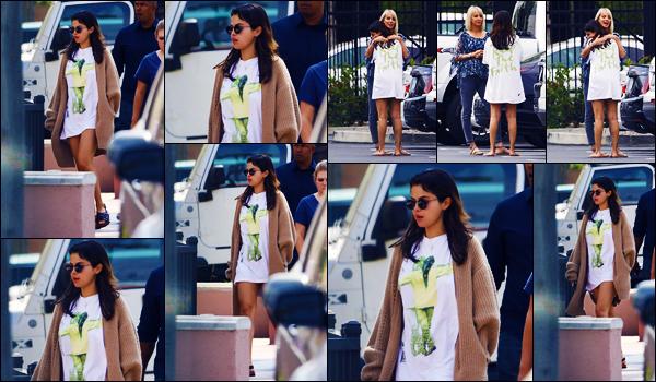 -25/07/2018- ─ Selena Gomez a été photographiée, alors, qu'elle allait déjeuner avec quelques amies étant à Studio City !Notre magnifique chanteuse Selena aurait rendue visite à son amie de toujours, Demi Lovato, qui se remet doucement ! Sa tenue c'est un très jolie top !