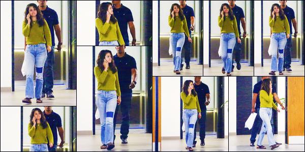 -24/07/2018- ─ Selena Gomez a été photographiée alors qu'elle se promenait dans les rues de la ville étant à Los Angeles.D'après les paparazzis qui ont pu apercevoir Selena G., ils ont déclaré qu'elle semblait préoccupée par ce qui se passait avec Demi. Sa tenue est un top !