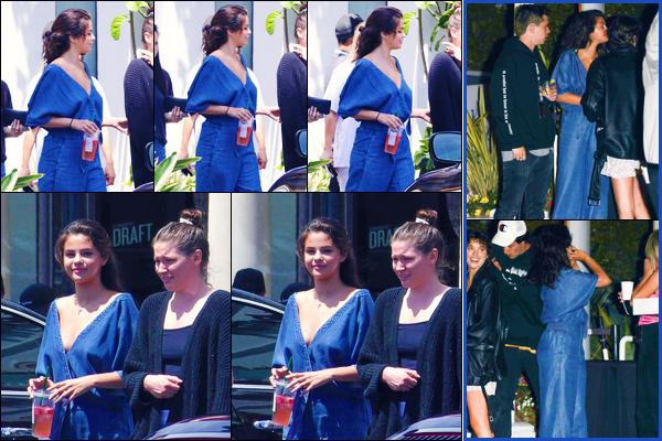 -24/07/2018- ─ Selena Gomez a été photographiée, alors, qu'elle se promenait dans les rues de la ville étant dans Malibu.C'est en compagnie de ses amies que la chanteuse a été photographiée, ainsi que le soir à Inglewood. Concernant sa tenue, c'est un jolie top pour moi...