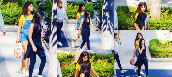 -19/08/2018- ─ Selena Gomez a été photographiée, alors, qu'elle quittait l'hôtel « The Sheraton » étant dans Los Angeles.C'est en compagnie de quelques amis, après s'être fait tatoué avec eux, que la belle a été vue.. Concernant sa tenue, c'est un très jolie top pour ma part.
