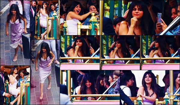 -05/09/2018- ─ Selena Gomez était présente lors du « Meet&Greet with Selena Gomez » au The Grove dans Los Angeles !C'est avec le sourire que la belle brunette a donc participer à l'événement de Coach à Los Angeles.. Concernant sa tenue, c'est un petit top pour ma part.